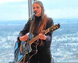 Musik von Fee, Singer-Songwriterin aus Frankfurt spielte Lieder aus  neuer CD. Foto: Diether v. Goddenthow