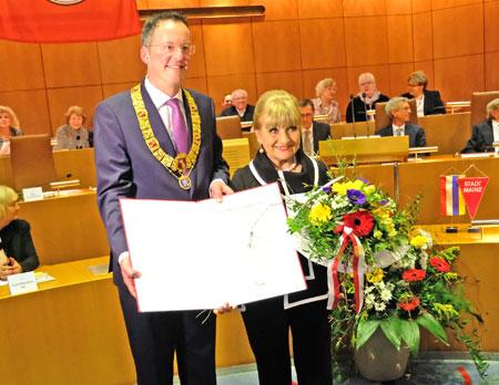Oberbürgermeister Michael Ebling überreicht der beliebten Fastnachterin Margit Sponheimer die Urkunder zur Ehrenbürgerwürde. © Foto: Diether v. Goddenthow