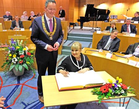 Margi Sponheimer trägt sich in Goldene Buch der Stadt Mainz ein. © Foto: Diether v. Goddenthow