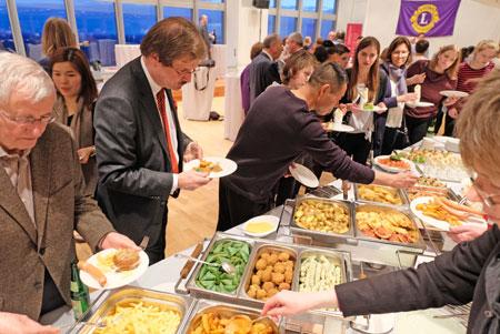 Die obligatorische Schlacht am Buffet gehört traditionell zum Abschlussfest dazu. Foto: Diether v. Goddenthow