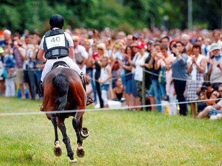 Herausforderung für die U25-Reiter und Zuschauermagnet –  die Geländestrecke im Biebricher Schlosspark Foto: WRFC/Lafrentz