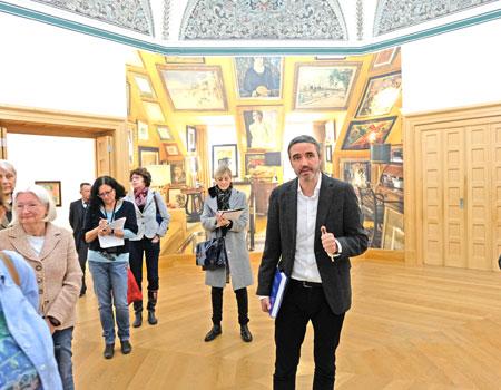 Dr. Roman Zieglgänsberger, Kustos Klassische Moderne am Landesmuseum Wiesbaden und Kurator der Ausstellung, führt die Presse durch die Ausstellung, hier im Raum 1, Räum der Mäzene.© Foto: Diether v. Goddenthow