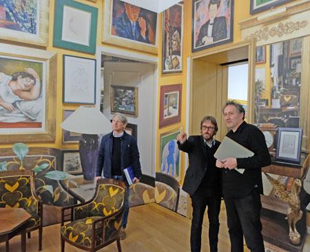 """Der """"Kreuzgang"""", so der letzte Raum der Ausstellung gehört zu den absoluten Höhepunkten, hier mit  Frank Brabant, der einem Journalisten die Hängung seiner Werke erläutert.© Foto: Diether v. Goddenthow"""
