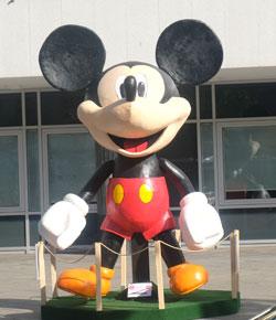 """Gegenüber vom Landesmuseum Mainz grüsst Mickey und lädt ein zu """"Walt Disney – Mickey, Donald & Friends""""  © Foto: Diether v. Goddenthow"""