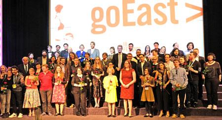 goEast 2018 ging am 24.April mit der feierlichen Preisverleihung in der Caligari Filmbühne in Wiesbaden heiter zu Ende. Auf dem Abschlussfoto sind alle am mittel- und osteuropäischen Filmfestival Beteiligten versammelt.© Foto: Diether v. Goddenthow