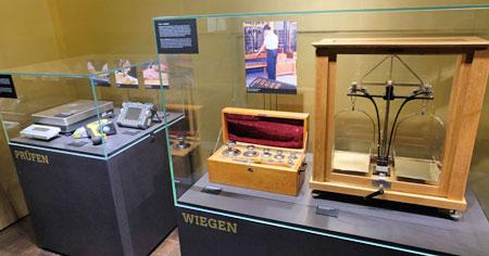 Eine historische Goldwaage.© Foto: Diether v. Goddenthow