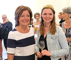Weinverkostung mit der Rheinhessischen Weinkönigin Lea Kopp, hier mit Malu Dreyer. © Foto: Diether v. Goddenthow