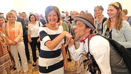 Beim sechsten Bürgerempfang der Ministerpräsidentin Malu Dreyer am 21.April 2018 in der Staatskanzlei Rheinland-Pfalz huldigte auch Constantin Offel von der Schule für Clowns seiner Ministerpräsidentin. © Foto: Diether v. Goddenthow
