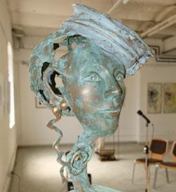 """Ein in Kunstharz vollendet modellierter Traum  einer Pariser Modistin """"Midinette""""  von Jean-Claude Miconnet (ArtCité). © Foto: Diether v. Goddenthow"""