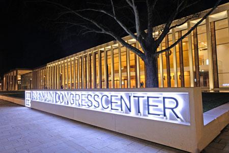 Auch abends ein imposantes, architektonisch interessantes Gebäude. © Foto: Diether v. Goddenthow