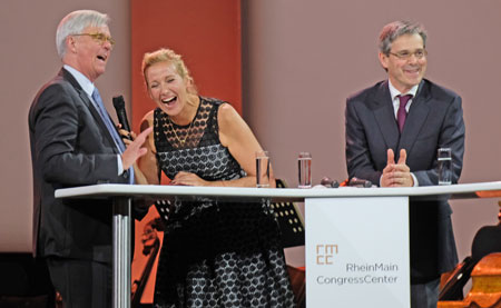 Fröhlich verlief das Interview von ZDF-Fernsehgarten-Moderatorin Andrea Kiewel mit Henning Wossidlo (li.) und Architekt Ferdinand Heide. © Foto: Diether v. Goddenthow