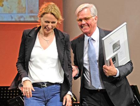 Dr. Christine Lemaitre, Deutsche Gesellschaft für Nachhaltiges Bauen - DGNB e.V., überreicht Bauprojektleiter Henning Wossidlo die Urkunde Zertifizierung in Platin für Nachhaltiges Bauen (DGNB e. V.)  © Foto: Diether v. Goddenthow