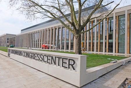 Rhein-Main CongressCenter Nordhaupthalle. Noch rechtzeitig vor der morgigen Eröffnung konnte der Rasen verlegt werden. © Foto: Diether v. Goddenthow
