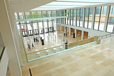Impression aus dem Obergeschoss auf das Foyer der Halle Nord.© Foto: Diether v. Goddenthow