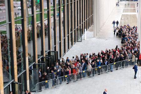 Schlangen am ersten Tag der offenen Tür vor dem neuen RMCC. © Foto: Diether v. Goddenthow