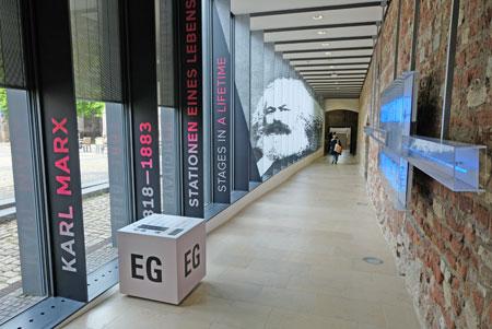 Ausstellungspassage im Simeonstift. © Foto: Diether v. Goddenthow