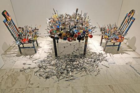 Chidi Kwubirl Leere mitten im Überfluss, 2007, Installation.  © Foto: Diether v. Goddenthow