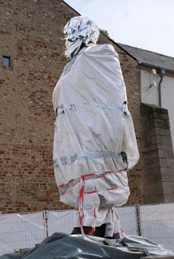 Wer war Karl Marx. Vielleicht sollte man die neue Marx-Skulptur, ein Geschenk der Chinesen, morgen verhüllt lassen? © Foto: Diether v. Goddenthow