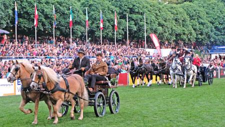 Die Kutschen eröffnen die Wiesbadener Pferdenacht am 18.Mai 2018 © Foto: Diether v. Goddenthow