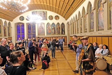 Das Duo Wildwuchs, Tomas Zeuner und Tobias Witzlau spielten mehrmals am Abend auf, während die Besucher den Kaisersaal mit den 52 Porträts der königlichen und kaiserlichen Würdenträgern an den Wanden bestaunten. © Foto: Diether v. Goddenthow