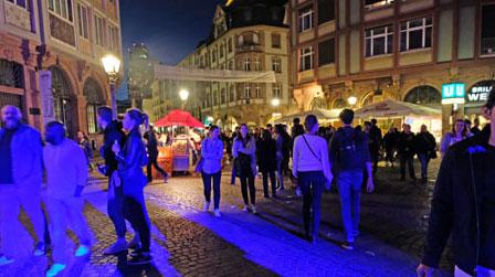 Über 37 000 Menschen waren in der Nacht der Museum in 40 Museen und Galerien in Frankfurt und Offenbach bis früh morgens unterwegs.© Foto: Diether v. Goddenthow