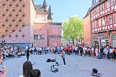 Der Museumsplatz gegen 19 Uhr am Historischen Museum. © Foto: Diether v. Goddenthow