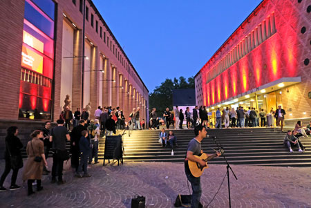 Das Historische Museum mit seinem über eine breite Treppe frei zugänglichen Innenhof wird zum Zentrum des neuen Museums-Quartiers am Römerberg. © Foto: Diether v. Goddenthow