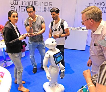 """Große Aufmerksamkeit genoss auch """"Pepper"""", der humanoide Roboter des Herstellers Softbank Robotics, der am Stand der IHK im Einsatz war – als Botschafter für die vielfältigen Möglichkeiten, die der digitale Wandel mit sich bringt.  © Foto: Diether v. Goddenthow"""