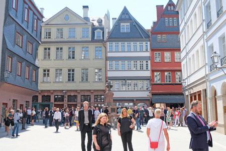 Rund um den Hühnermarkt. Bürger nehmen ihre neue Alterstadt, das Herz von Frankfurt, in Besitz. Foto: Diether v. Goddenthow