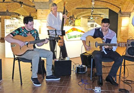 Christiano Gitano (Gitarre) mit Musikern sorgten für den richtigen Swing. © Foto: Diether v. Goddenthow