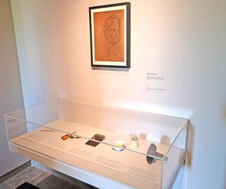 Selbst eine Druckplatte graviernadeln und andere Druckereiutensilien, wie sie für den Herstellungsprozess nötig sind, werden in der Ausstellung gezeigt.  Foto: Diether v. Goddenthow