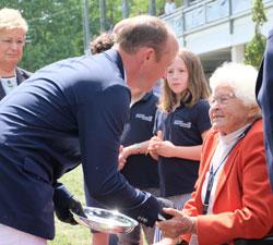 Ehrenpräsidentin Veronika Dyckerhoff gratuliert dem Sieger  Michael Jung. © Foto: Diether v. Goddenthow