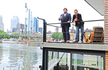 """Am Hausboot-Set beim Krimi-Dreh """"Ein Fall für zwei"""". © Foto: Diether v. Goddenthow"""