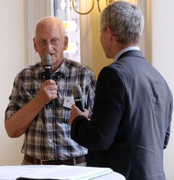 Dietrich Kröger (84) hat einen Zusatzpreis für die jahrzehntelange Betreuung seiner Streuobstwiesen.  © Foto: Diether v. Goddenthow