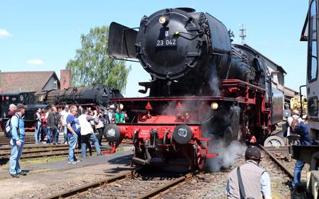 Am internationalen Museumstag werden neben der Dampflokomotive 23 042 (im Bild) weitere Loks und Kleindieselloks vorgeführt. Foto: Diether v. Goddenthow