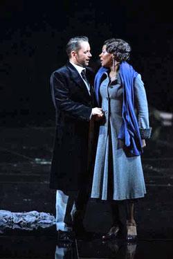 Eine verbotene Liebe. Szene aus Verdi-Oper Ein Maskenball. Foto: Karl & Monika Forster
