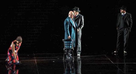 Entlarvt. Szene aus Verdi-Oper Ein Maskenball. Foto: Karl & Monika Forster