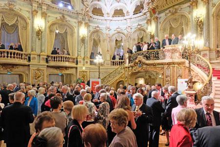 Glanzvolle Eröffnung der Internationalen Maifestspiele Im Foyer des Hessischen Staatstheater Wiesbaden . © Foto: Diether v. Goddenthow