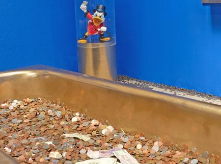 Auch Dagoberts Geldbadewanne ist zu besichtigen bei der originellen Ausstellung. © Foto: Diether v. Goddenthow