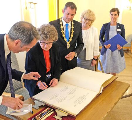 Professor Dr. Dafna D. Gladman und die anderen Preisträger trugen sich ins Golde Buch der Stadt ein. © Foto: Diether v. Goddenthow