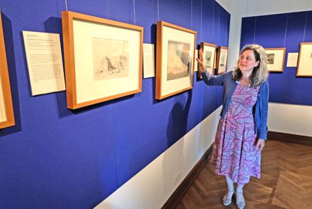 Dr. Mechthild Haas, Leiterin der Graphischen  Sammlung während des  Presserundgangs.© Foto: Diether v. Goddenthow