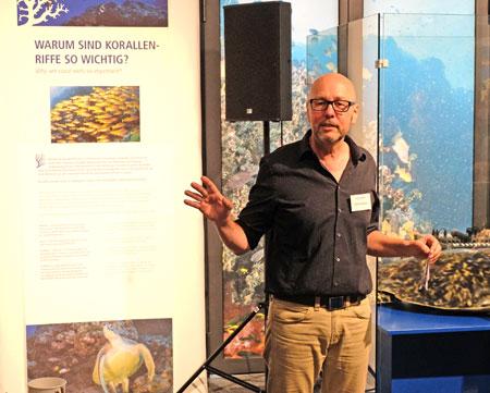 """Dr. Bernd Herkner hat mit der Ausstellung das """"International Year of the Reef"""" (IYOR) aufgegriffen, um Besucherinnen und Besucher auf die Bedeutung und den Wert dieser Lebensräume aufmerksam zu machen und für das Thema Riff-Schutz zu sensibilisieren. Er unterstützt damit auch den Verein Reef Check e.V., der Mitinitiator des IYORs ist. © Foto: Diether v. Goddenthow"""
