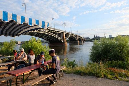 Idylle pur am Rhein-Ufer unweit des Brückenkopfes. Auch das verleiht dem Festival Meeting of Styles seine besondere Atmosphäre .© Foto: Diether v. Goddenthow