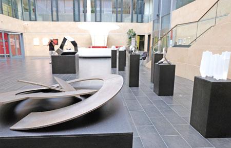 """Ausstellungs-Impression """"Raum im Detail"""" in der SV-AtriumGalerie Wiesbaden. Die Ausstellung ist noch bis zum 8. Juli zu den üblichen Öffnungszeiten der Sparkassenversicherung im Foyer zu sehen. © Foto: Diether v. Goddenthow"""
