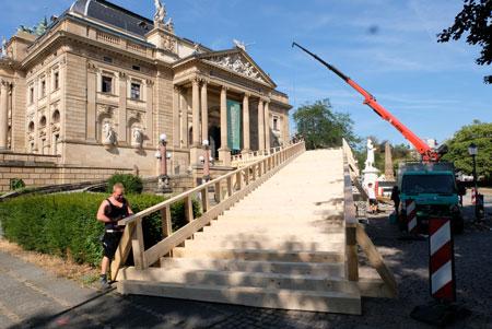 Noch letzte Hand anlegen an der Auffahrt ins neobarocke Parkhaus zum Autokino im Wiesbadener Theater. © Foto: Diether v. Goddenthow