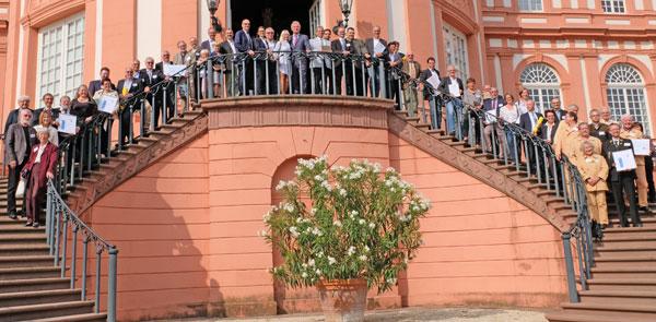 Die Preisträgerinnen und Preisträger des diesjährigen Hessischen Denkmalschutzpreise auf der Freitreppe des Biebricher Schlosses. © Foto: Diether v. Goddenthow