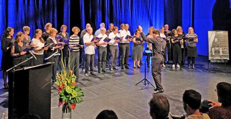 """""""Der Chor"""", mit vertonten Robert Gernhardt-Gedichten, unter Leitung von Michael Weber. © Foto: Diether v. Goddenthow"""