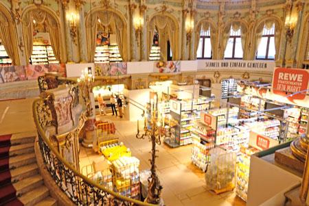 Rewe-Markt im Theater-Foyer. © Foto: Diether v. Goddenthow
