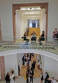 Unten: Foyer des Jügel-Hauses, oben Blick auf Treppe zum direkten Durchgang ins Senckenberg Naturmuseum. © Foto: Diether v. Goddenthow