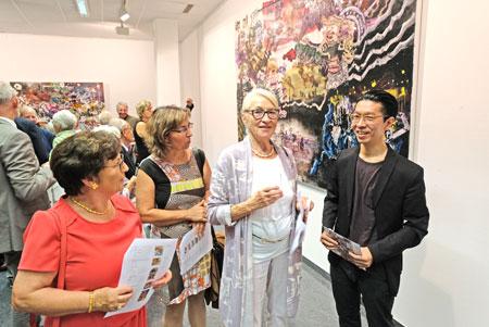 Der Künstler Ryo Kato im Gespräch mit Besucherinnen. © Foto: Diether v. Goddenthow